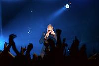 25 NOV 2002, BERLIN/GERMANY:<br /> Herbert Grönemeier waehrend einem Konzert, Max-Schmeling-Halle<br /> IMAGE: 20021125-02-014<br /> KEYWORDS: Herbert Grönemeier, Fans, Fans, Publikum, Haende, Hände