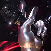 NLD/Hilversum/20131220 - Finale The Voice of Holland 2013, hand met microfoon, logo, beeld,