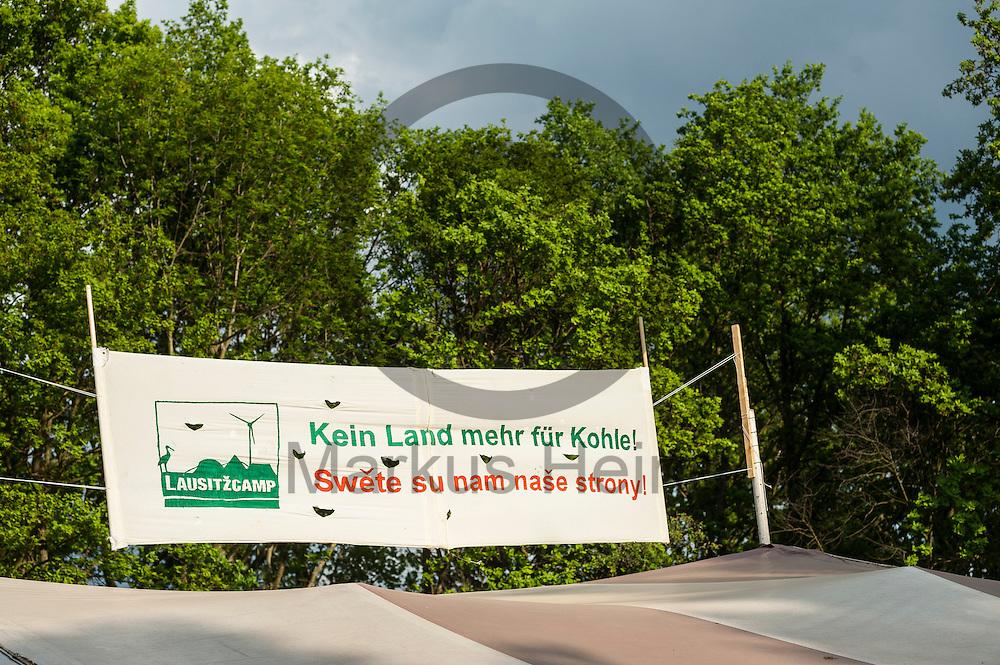 &quot;Kein Land mehr f&uuml;r Kohle&quot; steht am 12.05.2016 in dem Klimacamp von Ende Gel&auml;nde bei Proschim, Deutschland auf einem Transparent. &Uuml;ber das Pfingstwochenende wollen mehrere Tausend Aktivisten den Braunkohlentagebau  blockieren um gegen die Nutzung von fossilen Brennstoffen zu protestieren. Foto: Markus Heine / heineimaging<br /> <br /> ------------------------------<br /> <br /> Ver&ouml;ffentlichung nur mit Fotografennennung, sowie gegen Honorar und Belegexemplar.<br /> <br /> Bankverbindung:<br /> IBAN: DE65660908000004437497<br /> BIC CODE: GENODE61BBB<br /> Badische Beamten Bank Karlsruhe<br /> <br /> USt-IdNr: DE291853306<br /> <br /> Please note:<br /> All rights reserved! Don't publish without copyright!<br /> <br /> Stand: 05.2016<br /> <br /> ------------------------------<br /> <br /> ------------------------------<br /> <br /> Ver&ouml;ffentlichung nur mit Fotografennennung, sowie gegen Honorar und Belegexemplar.<br /> <br /> Bankverbindung:<br /> IBAN: DE65660908000004437497<br /> BIC CODE: GENODE61BBB<br /> Badische Beamten Bank Karlsruhe<br /> <br /> USt-IdNr: DE291853306<br /> <br /> Please note:<br /> All rights reserved! Don't publish without copyright!<br /> <br /> Stand: 05.2016<br /> <br /> ------------------------------