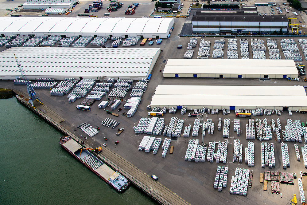 Nederland, Zuid-Holland, Rotterdam, 10-06-2015; Botlek terminal van C. Steinweg Handelsveem B.V., gelegen aan Het Scheur. Steinweg verzorgt opslag, expeditie en stuwadoren van onder andere metalen en andere handelsgoederen.<br /> Steinweg  warehousing services and stevedoring of metals and other commodities <br /> luchtfoto (toeslag op standard tarieven);<br /> aerial photo (additional fee required);<br /> copyright foto/photo Siebe Swart