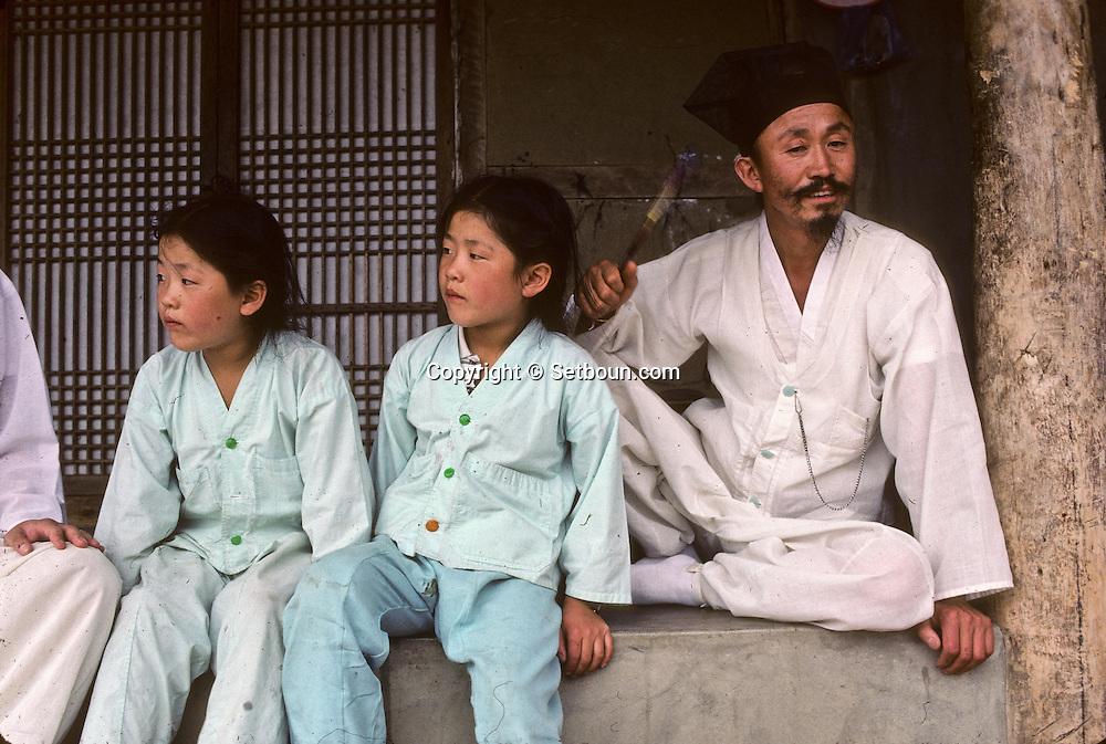 A part of the Kim Dae Jung family. they have joined Chonhakdong ten years ago. They were living in the village of Pyonsan, now deserted  Une partie de la famille de Kiù Dae Jung. Ils ont rejoint Chonhakdong il y a dix ans. Ils habitaient anterieurement dans un village du Pyonsan, aujourd'hui abandonne. //////R28/15    L2632  /  R00028  /  P0003009//////Chonhakdong village confucianiste traditionel. //////Chonhakdong traditional confucianist village .