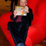 NLD/Amsterdam/20121113 - Presentatie DE Sinterklaasboekjes 2012, Herman Finkers met zijn boek