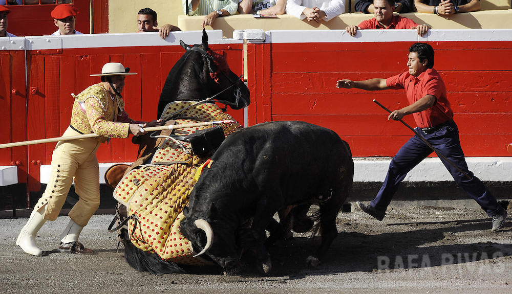 A Monosabio (R) runs to help a picador, during the fourth corrida of the Aste Nagusia festivities, on August 20, 2008, at the Vista Alegre bullring in Bilbao, northern Spain. PHOTO RAFA RIVAS