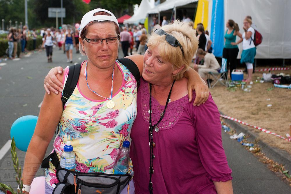 Een vrouw raakt geëmotioneerd als zij bekenden ziet bij de Via Gladiola tijdens de laatste dag van de Nijmeegse Vierdaagse.