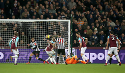 West Ham United's Andre Ayew (centre back to camera) scores hiss des second goal of the game during the Premier League match at the London Stadium, London.