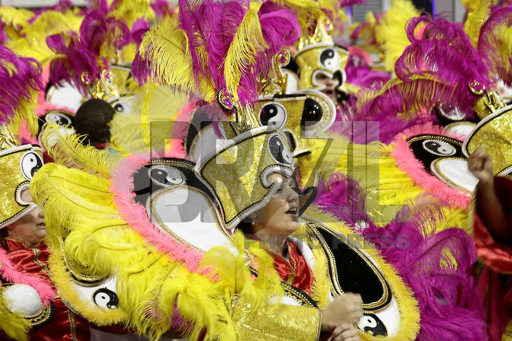 SAO PAULO, SP, 09 FEVEREIRO 2013 - CARNAVAL SP - X-9 PAULISTANA - Integrantes da escola de samba X-9 Paulista durante desfile no primeiro dia do Grupo Especial no Sambódromo do Anhembi na região norte da capital paulista, na madrugada deste sábado, 09.  (FOTO: LOLA OLIVEIRA/ BRAZIL PHOTO PRESS)