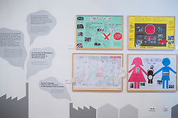 Otroci z OŠ Trnovo predstavljajo razstavo Otroci brez otroštva. Na razstavi Otroci brez otroštva predstavljajo plakate na temo problematike otroškega dela po svetu, ki so jih udeleženci projekta Muzej v malem zbrali na natečaju za osnovne šole in družine. Plakati ozaveščajo javnost in opozarjajo na kruto realnost otrok, ki še vedno nimajo možnosti izbire med brezskrbnim otroštvom in delom v tovarnah.<br /> // Exhibition Children without of Childhood, on March 21, 2017 in City Museum, Ljubljana, Slovenia. Photo by Vid Ponikvar / Sportida