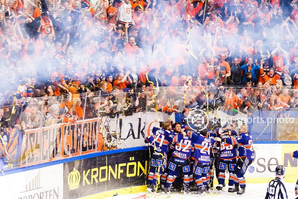 150423 Ishockey, SM-Final, V&auml;xj&ouml; - Skellefte&aring;<br /> Tuomas Kiiskinen, V&auml;xj&ouml; Lakers Hockey och hela det &ouml;vriga laget jublar tillsammans med supportrarna efter det avg&ouml;rande m&aring;let 3-2.<br /> &copy; Daniel Malmberg/Jkpg sports photo
