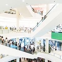 Bangkok, Thailande 26 mars 2014 -  Siam Paragon &Dagger; Bangkok est un grand centre commercial d&iacute;une superficie de 500 000 m&le; d&Egrave;di&Egrave; aux articles de mode et aux produits de luxe. Depuis son ouverture en d&Egrave;cembre 2005, le Siam Paragon a voulu se positionner sur le haut de gamme voire du tr&Euml;s haut de gamme. <br /> Le Complexe compte plus de 300 boutiques de marques internationales et locales de luxe, dont des boutiques de cr&Egrave;ateurs et designers de premier ordre tels que Gucci, Prada, Paul Smith, ou encore Chanel.