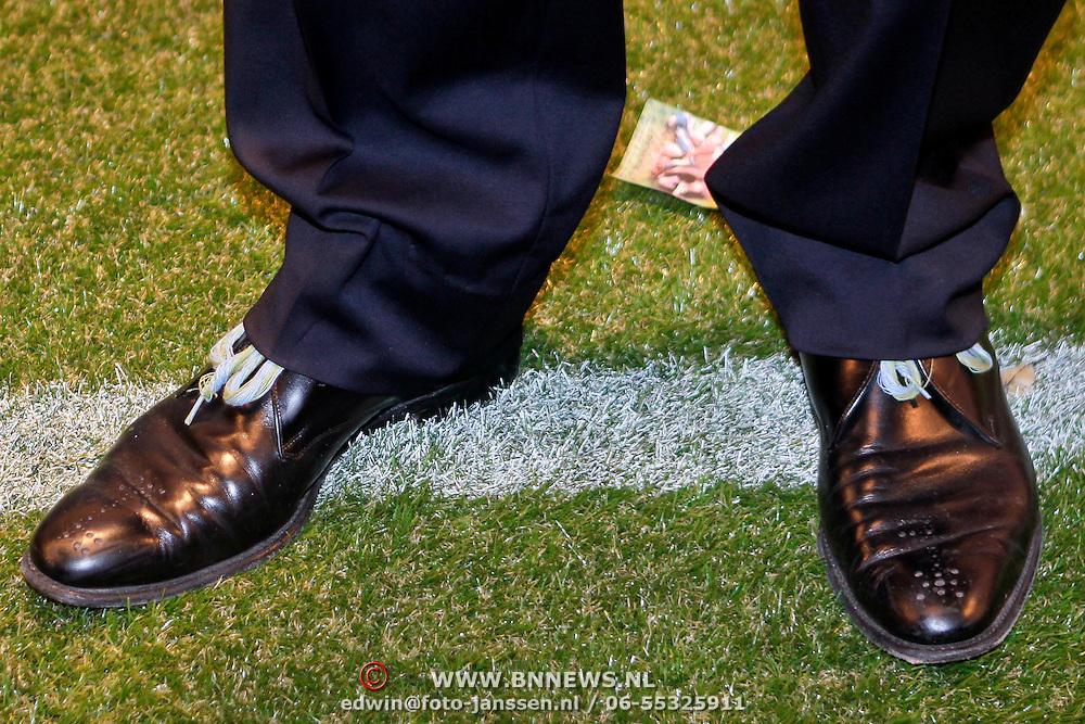 NLD/Amsterdam/20111010 - Premiere All Stars 2, schoenen met voetbalveters van Thomas Acda
