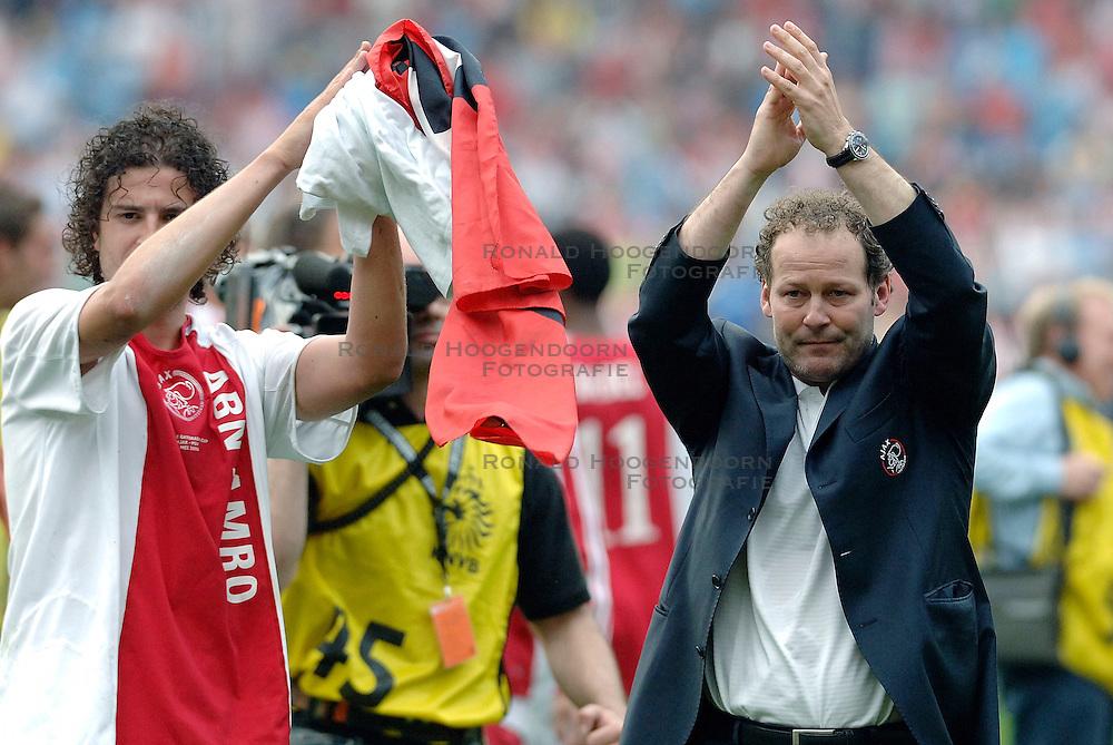 07-05-2006 VOETBAL: FINALE GATORADE CUP: AJAX - PSV: ROTTERDAM<br /> Danny Blind met zijn laatste Cup voor Ajax<br /> &copy;2006-WWW.FOTOHOOGENDOORN.NL