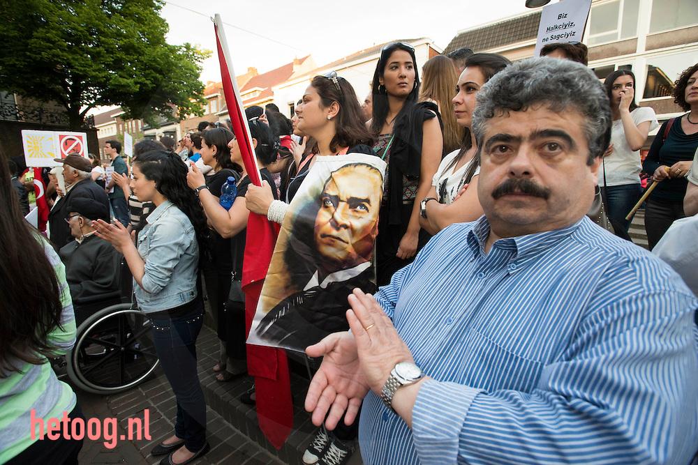 nederland enschede, 06juni2013 turken protesteren tegemn de machthebbers in Turkije  Turkye op het stadhuisplein in enschedep