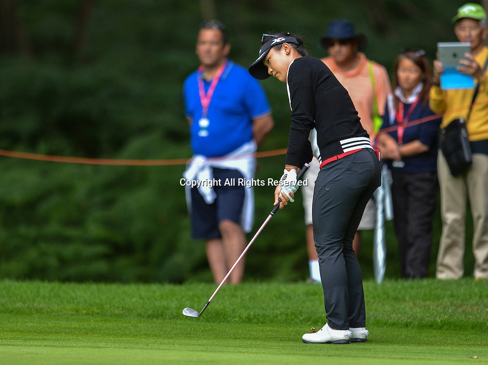 31.07.2016. Woburn Golf Course, Milton Keynes, England. Ricoh Womens Open Golf, final round. Lydia Ko (New Zealand) chips onto the 3rd green.
