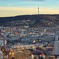 Blick über den Stuttgarter Kessel zum Fernsehturm mit umliegendem Wald
