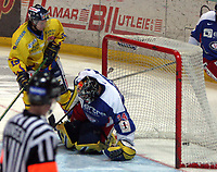 Ishockey  , UPC Ligaen , 3 . november  2005 , Hamar OL - Amfi  ,<br /> <br /> Storhamar  v  Vålerenga  (2-1)<br /> <br /> Patrick Yetman , Storhamar setter pucken i målet bak Tyrone Garner , Vålerenga.
