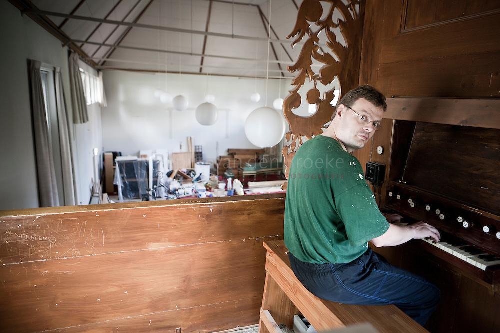 Niezijl 20100803. organist sietze de vries verbouwt voormalig kerkgebouw tot woonhuis. foto : Pepijn van den Broeke. kilometers: 43