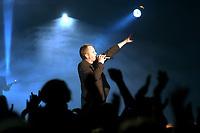 25 NOV 2002, BERLIN/GERMANY:<br /> Herbert Grönemeier waehrend einem Konzert, Max-Schmeling-Halle<br /> IMAGE: 20021125-02-010<br /> KEYWORDS: Herbert Grönemeier, Fans, Fans, Publikum, Haende, Hände