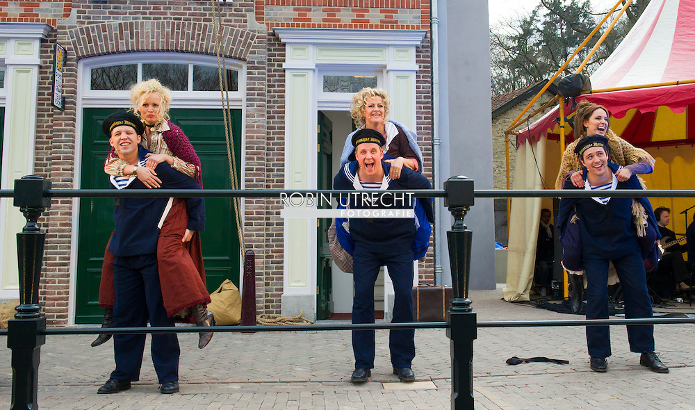 """ARNHEM - Koningin Beatrix tijdens de opening van de """"Amsterdamse Westerstraat"""" in Openluchtmuseum in Arnhem. Met deze aanwinst viert het museum het honderdjarig bestaan. ROBIN UTRECHT"""