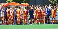 ALMERE - Teambespreking  tijdens de interland tussen de mannen van Nederland en Ierland (3-2) ter voorbereiding van het EK dat eind augustus in Londen wordt gehouden. COPYRIGHT KOEN SUYK