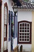 Tiradentes_MG, 06 de Marco de 2011...CARNAVAL 2011 - BLOCO SAIA DO CASULO..Folioes desfilam pelas ruas historicas de Tiradentes no bloco Saia do Casulo,a concentracao aconteceu na Bar da Zeze,em frente a matriz de santo Antonio e seguiu para Largo das Forras...FOTO: MARCUS DESIMONI / NITRO.
