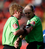 Photo: Richard Lane/Sportsbeat Images.<br />Watford v Cardiff City. Coca Cola Championship. 26/12/2007. <br />Original match referee, G. Hegley hands over the match to fourth official, I. Bentley.