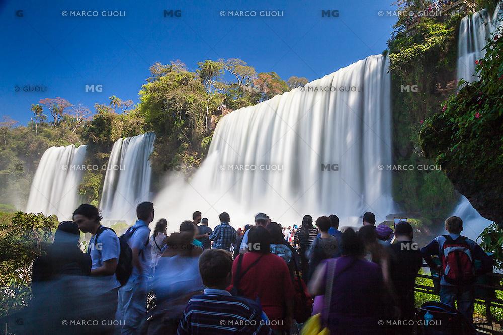 CATARATAS DEL IGUAZU, TURISTAS EN SALTO BOSETTI, PARQUE NACIONAL IGUAZU, PROVINCIA DE MISIONES, ARGENTINA (© MARCO GUOLI - ALL RIGHTS RESERVED)
