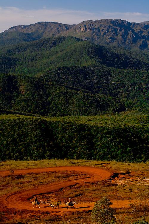 Ouro Preto_MG, Brasil...Distrito Lavras Novas, ele esta localizado na cidade historica de Ouro Preto. na foto montanhas e estrada de terra...Lavras Novas district, Its located in Ouro Preto, in this photo mountains anda dirt road...Foto: LEO DRUMOND / NITRO