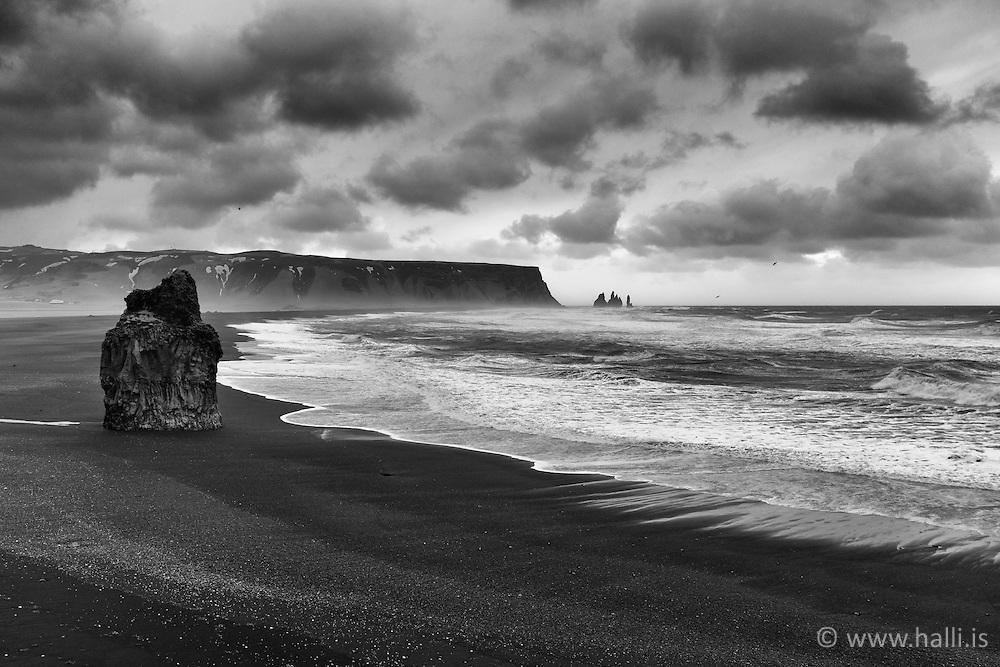The cliff Arnardrangur,east of Dyrholaey - Arnardrangur austan við Dyrhólaey