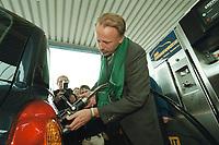 04 APR 2001, BERLIN/GERMANY:<br /> Juergen Trittin, B90/Gruene, Bundesumweltminister, befuellt ein Ergasfahrzeug mit dem Kraftstoff Erdgas, anlaesslich der Inbetriebnahme der Ersten Ersgas Zapfsaeule Berlins, Elf Tankstelle, Holzmarkt Str. 36<br /> IMAGE: 20010404-01/02-14<br /> KEYWORDS: Jürgen Trittin, Auto, Car, tanken