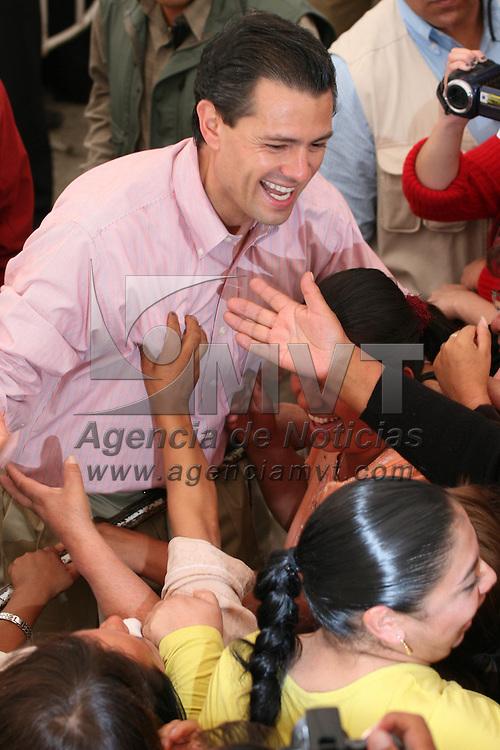 XONACATLAN, Mex.- Enrique Pe&ntilde;a Nieto, gobernador del Estado de M&eacute;xico encabezo el festejo del d&iacute;a de las madres, evento que se realizo en el municipio de Xonacatlan, en el que se les dio un peque&ntilde;o desayuno, se amenizo el evento con mariachi y cantantes as&iacute; como la entrega de regalos. Agencia MVT / Jos&eacute; Hern&aacute;ndez. (DIGITAL)<br /> <br /> NO ARCHIVAR - NO ARCHIVE
