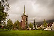 Narvik kirke ligger i bydelen Frydenlund i Narvik i Nordland. Kirka er ei treskipet langkirke i stein med 700 sitteplasser. Den ble innviet den 16. desember 1925. Arkitekt for kirka var Olaf Nordhagen. Kirka sto imot bombardementene av Narvik under andre verdenskrig. <br /> Før Narvik kirke ble bygd, fungerte jernbanens forsamlingslokale som interimkirke fra 1900 til 1925. Kirken har et bevisst middelaldersk formspråk med mur i naturstein og høye, smale kirkevinduer. Narvik kirke ble bygd av stein fra Ofotbanens steinbrudd i Djupvik. Midtskipet er omgitt på begge sider av store søyler med ulikt utformede kapitéler. Kirkens tårn er kledd i kobberplater. Beslagene på kirkens inngang er utført i smijern etter tegninger av Olaf Nordhagen. <br /> Kirkens altertavle er malt av Eilif Peterssen. Prekestolen er tilvirket av Ingemann Arntzen. Tresnittene er gjort av Arnold Zimmermann. Om arkitekten: Johan Olaf Brochmann Nordhagen (født 16. mars 1883 i Kristiania, død 6. november 1925 i Trondheim) var en norsk arkitekt, ingeniør og kunstner.<br /> Olaf Nordhagen var sønn av Christine Magdalene Johansen (1858–1933) og kunstneren Johan Nordhagen (1856–1956). Han var bror av botanikkprofessor Rolf Nordhagen (1896–1971). I årene 1898-1902 utdannet han seg til bygningsingeniør ved Kristiania tekniske skole. <br /> Fra 1902 til 1905 var han assistent hos Hamar-arkitekten Bredo Greve (1871–1931) og hospitant ved Statens håndverks- og kunstindustriskole under arkitekt Herman Major Schirmer (1845–1913). I denne perioden tegnet han sin versjon av Ringsaker kirke. Basert på feltarbeid i 1903 tegnet han også kirken som en gang stod på Domkirkeruinene på Hamar. Deretter var han ett år elev ved Kunstakademiet i København og studerte under Martin Nyrop (1849–1921), hvis arkitektkontor Nordhagen også praktiserte ved.<br /> Egen arkitektpraksis fra 1906<br /> I 1906 etablerte han sitt eget arkitektkontor, og vant umiddelbart en arkitektkonkurransen om Bergen Offentlige Bibliotek. Biblioteket b