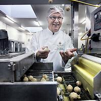 Nederland, Oostzaan , 6 februari 2014.<br /> Piet Brink, meester krokettenmaker werkzaam voor van Dobben die persoonlijk kroketten gaat draaien in Sotchi.<br /> <br /> Foto:Jean-Pierre Jans