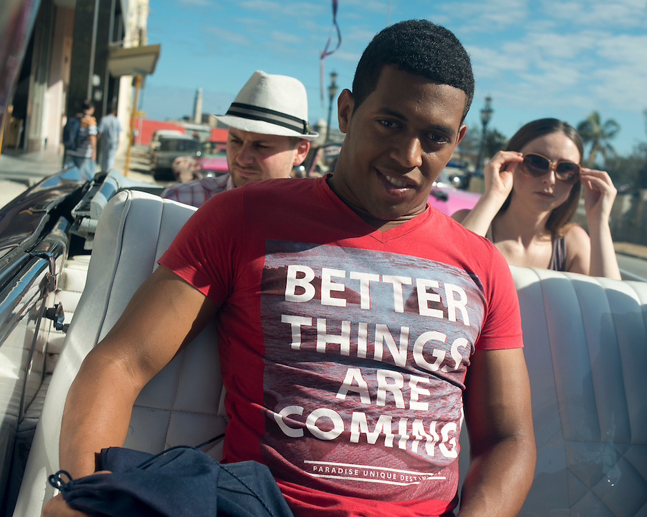 With his shirt , a young Cuban proudly displays the hope of change.<br /> Avec son tee-shirt, ce jeune cubain affiche fi&egrave;rement l'espoir du changement.