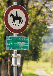 "THEMENBILD - Hinweisschilder ""Reitverbot"" und ""Achtung Weidevieh"", aufgenommen am 23. Mai 2019, Kaprun, Österreich // Information signs ""Reitverbot"" and ""Achtung Weidevieh"" on 2019/05/23, Kaprun, Austria. EXPA Pictures © 2019, PhotoCredit: EXPA/ Stefanie Oberhauser"