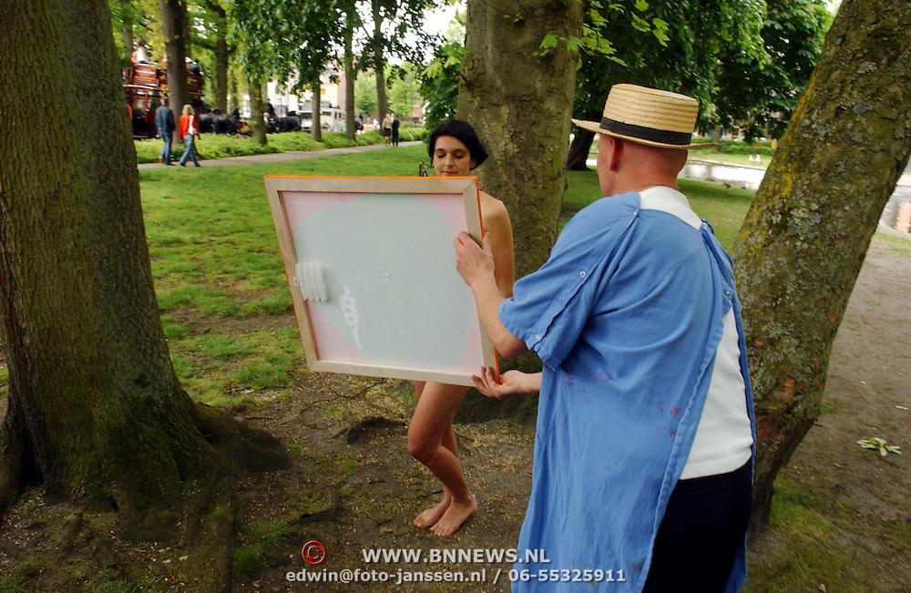 NLD/Laren/20050521 - Opening Atelierroute 2005 Laren, Sjoerd Pleijsier schildert een naakte dame, word kwaad en politie komt tussenbeide.vrouw, schilderij