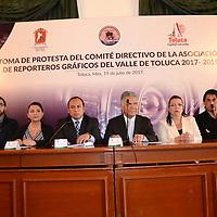 TOLUCA, México (Junio 19, 2017).- Fernando Zamora Morales, Presidente Municipal de Toluca tomó protesta a la nueva Mesa Directiva de la Asociación de Reporteros Gráficos del Valle de Toluca (ARGVT) 2017-2019, a los que lles reiteró el apoyo total al gremio fotográfico. Agencia MVT / Arturo Hernández.