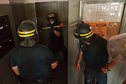 Policiers CRS enfoncent une porte menant vers les caves au cours d'une descente de la police dans le quartier pauvre Font Vert (Marseille)..Font Vert est une des cités les plus pauvres dans la ville, utilisée comme une base pour le trafic de drogue à grande échelle. Dans les quartiers du Nord le  trafic de drogue est florissante, conduisant à des reglements de compte par des groupes de dealers concurrents.