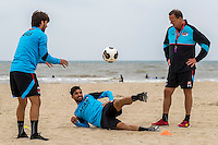 BERGEN AAN ZEE - 25-07-2016, strandtraining AZ, AZ speler Joris van Overeem, AZ speler Alireza Jahanbakhsh, AZ trainer John van den Brom