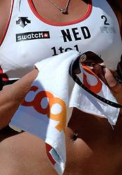 26-07-2007 VOLLEYBAL: WK BEACHVOLLEYBAL: GSTAAD<br /> Beachvolleybal item bril schoonmaken creative illustratief<br /> ©2007-WWW.FOTOHOOGENDOORN.NL