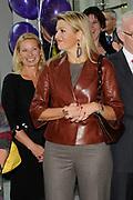 Prinses M&aacute;xima slaat eerste munt &lsquo;Week van het geld&rsquo;<br /> <br /> Hare Koninklijke Hoogheid Prinses M&aacute;xima der Nederlanden heeft op donderdagmiddag 10 november 2011 de eerste &lsquo;Week van het geld&rsquo;-munt bij de Koninklijke Nederlandse Munt in Utrecht. De vormgeving van de munt is het resultaat van een ontwerpwedstrijd onder basisscholen in Nederland. De munt is geen wettig betaalmiddel. <br /> <br /> <br /> Princess Maxima attends first coin 'Money Week'<br /> <br /> Her Royal Highness Princess M&aacute;xima of the Netherlands attends on Thursday 10 November 2011 the first &quot;Week of money' coin at the Royal Dutch Mint in Utrecht. The design of the coin is the result of a design competition among primary schools in the Netherlands. <br /> <br /> Op de foto / On the photo : <br />  Prinses Maxima