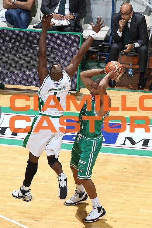 DESCRIZIONE : Siena Lega A 2008-09 Playoff Semifinale Gara 1 Montepaschi Siena Benetton Treviso<br /> GIOCATORE : Gary  Neal<br /> SQUADRA : Benetton Treviso<br /> EVENTO : Campionato Lega A 2008-2009<br /> GARA : Montepaschi Siena Benetton Treviso<br /> DATA : 30/05/2009<br /> CATEGORIA : passaggio<br /> SPORT : Pallacanestro<br /> AUTORE : Agenzia Ciamillo-Castoria/C.De Massis