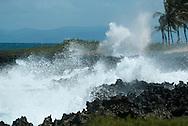 La Rep&uacute;blica Dominicana es un pa&iacute;s que ocupa algo m&aacute;s de los dos tercios orientales de La Espa&ntilde;ola, en el archipi&eacute;lago de las Antillas Mayores. El tercio occidental de la isla est&aacute; ocupado por Hait&iacute;; por lo tanto, La Espa&ntilde;ola es una isla que est&aacute; compartida por dos Estados. Tanto por superficie como por poblaci&oacute;n, la Rep&uacute;blica Dominicana es el segundo pa&iacute;s m&aacute;s grande del Caribe (despu&eacute;s de Cuba); su extensi&oacute;n territorial es de 48,442 kil&oacute;metros cuadrados y se estima que su poblaci&oacute;n total es de 9,445,281 de habitantes, seg&uacute;n el censo de 2010.8 Limita al norte con el oc&eacute;ano Atl&aacute;ntico, al sur con el mar Caribe o mar de las Antillas, al este con el Canal de la Mona, que la separa de Puerto Rico, y al oeste con la Rep&uacute;blica de Hait&iacute;.<br /> <br /> Habitado por ta&iacute;nos desde el siglo VII, el territorio del pa&iacute;s fue descubierto por Crist&oacute;bal Col&oacute;n en 1492 convirti&eacute;ndose en el lugar del primer asentamiento europeo en Am&eacute;rica, nombrado como Santo Domingo, actual capital del pa&iacute;s y primera capital de Espa&ntilde;a en el Nuevo Mundo. Despu&eacute;s de tres siglos de dominaci&oacute;n espa&ntilde;ola, con interludios franceses y haitianos, el pa&iacute;s alcanz&oacute; la primera independencia en 1821, pero fue tomado r&aacute;pidamente por Hait&iacute; en 1822. Tras la victoria obtenida en la Guerra de la Independencia Dominicana en 1844, los dominicanos experimentaron varias luchas, en su mayor&iacute;a internas, y tambi&eacute;n un breve regreso de la dominaci&oacute;n espa&ntilde;ola (1861-1865). La ocupaci&oacute;n estadounidense de 1916 a 1924, y posteriormente los seis a&ntilde;os en calma y prosperidad de Horacio V&aacute;squez (1924-1930), fueron seguidos por la dictadura de Rafael Le&oacute;nidas Trujillo hasta 1961. La guerra civil de 1965 termin&oacute; con una interv