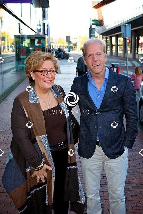 AMSTELVEEN - De rode loper bij de premiere van Purper Helden.  Met op de foto Danny Rook en zijn moeder. FOTO LEVIN DEN BOER - PERSFOTO.NU