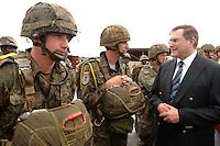 26 SEP 2006, LIBREVILLE/GABON:<br /> Franz Josef Jung (R), CDU, Bundesverteidigungsminister, im Gespraech mit Fallschirmjaegern der Bundeswehr, vor einer Uebung, auf dem miltaerisdchen Teil des Flughafens Libreville, im Rahmen eines Besuches des Hauptquartiers DRAGAGES GABON des EUFOR RD CONGO<br /> IMAGE: 20060925-01-051<br /> KEYWORDS: Bundeswehr, Soldat, Soldaten, Afrika, Africa, Fallschirmjäger, Gespräch