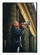 Manifestazioni contro il summit del Fondo Monetario Internazionale e della Banca Mondiale. Praga, settembre 2000. Sit in sotto l'Opera.
