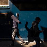 Amsterdam, 12 maart 2015. Twee passanten. Foto: Pepijn Hooimeijer.