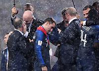 FUSSBALL  WM 2018  FINALE  ------- Frankreich - Kroatien    15.07.2018 Trainer Didier Deschamps (Frankreich), FIFA-Praesident Gianni Infantino (Schweiz), Antoine Griezmann (Frankreich), Praesident Wladimir Wladimirowitsch Putin (Russland), Praesident Emmanuel Macron (Frankreich) umarmt Blaise Matuidi (v.li, Frankreich) im Regen; Marion Mayer-Vorfelder (hinten Mitte, FIFA) mit Hand in der Tasche