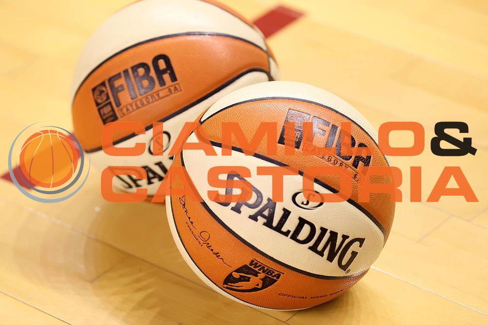 DESCRIZIONE : Taranto Lega A1 Femminile 2009-10 Play Off Finale Gara 3<br /> Cras Basket Taranto Famila Wuber Schio<br /> GIOCATORE : Spalding<br /> SQUADRA :<br /> EVENTO : Campionato Lega A1 Femminile 2009-2010<br /> GARA : Cras Basket Taranto Famila Wuber Schio<br /> DATA : 11/05/2010<br /> CATEGORIA : palloni ball<br /> SPORT : Pallacanestro<br /> AUTORE : Agenzia Ciamillo-Castoria/ElioCastoria<br /> Galleria : Lega Basket Femminile 2009-2010<br /> Fotonotizia : Taranto Campionato Italiano Femminile Lega A1 2009-2010 Play Off Finale Gara 3 Cras Basket Taranto Famila Wuber Schio<br /> Predefinita :