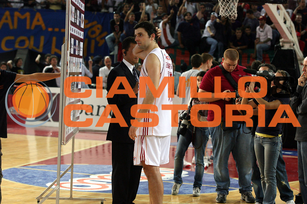 DESCRIZIONE : Roma Lega A1 2006-07 Playoff Semifinale Gara 4 Lottomatica Virtus Roma Montepaschi Siena<br />GIOCATORE : Dejan Bodiroga <br />SQUADRA : Lottomatica Virtus Roma <br />EVENTO : Campionato Lega A1 2006-2007 Playoff Semifinale Gara 4<br />GARA : Lottomatica Virtus Roma Montepaschi Siena<br />DATA : 07/06/2007 <br />CATEGORIA : Ritratto Delusione<br />SPORT : Pallacanestro<br />AUTORE : Agenzia Ciamillo-Castoria/G.Ciamillo