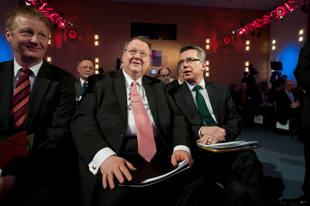 10 JAN 2011, KOELN/GERMANY:<br /> Peter Heesen (L), dbb Bundesvorsitzender, und Thomas de Maiziere (R), CDU, Bundesinnenminister, Politischer Auftakt, 52. Jahrestagung dbb beamtenbund und tarifunion, Congress-Centrum Nord Koelnmesse<br /> IMAGE: 20110110-01-039<br /> KEYWORDS: Köln, speech, Thomas de Maizière